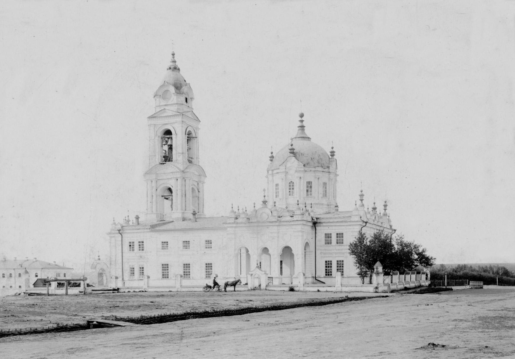 Покровский собор, вид со стороны старого хозяйственного магазина - Чембар_Покровский_собор_2.jpg